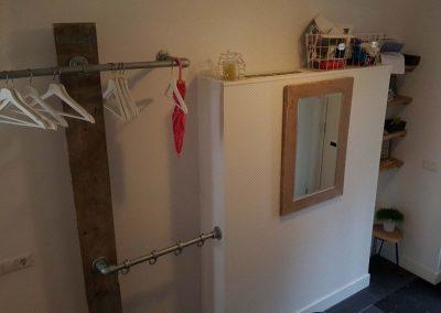 Kapstok, spiegel en legplanken van gebruikt steigerhout