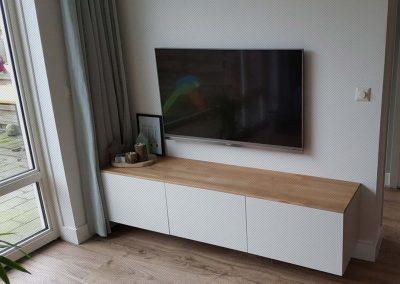 Eiken blad op Ikea tv-kast, bedrading tv in muur weggewerkt